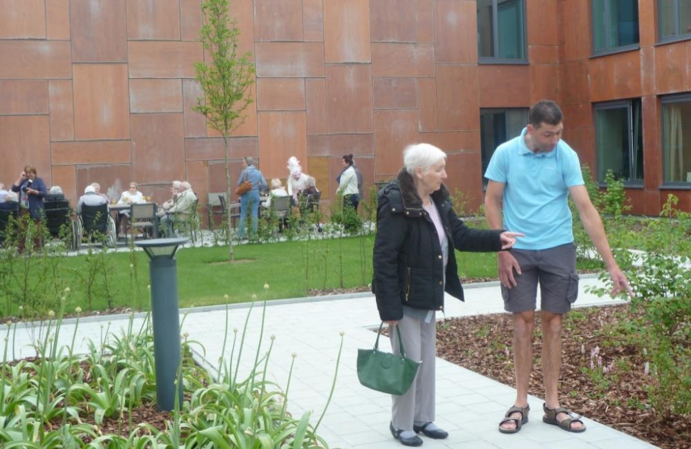 Bewoners met dementie genieten van belevingstuin
